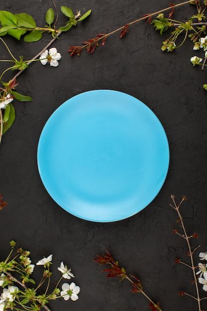 暗闇の中で白い花の周りの空青い平面図 無料写真