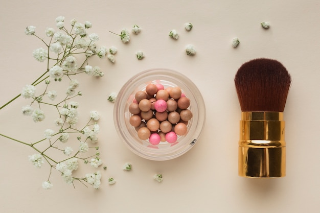 Top view blush and brush on table Free Photo