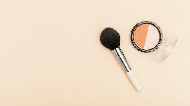 Top view blush with make up brush Free Photo