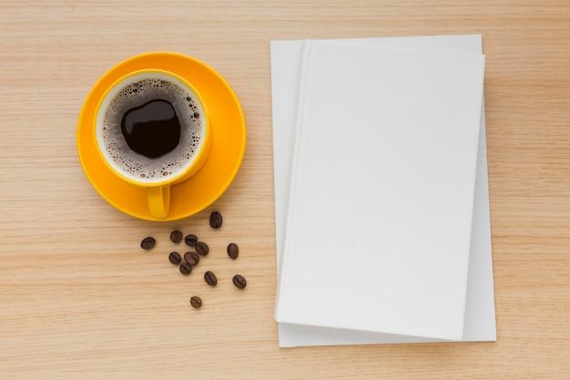 コーヒーとテーブルの上から見る本 Premium写真