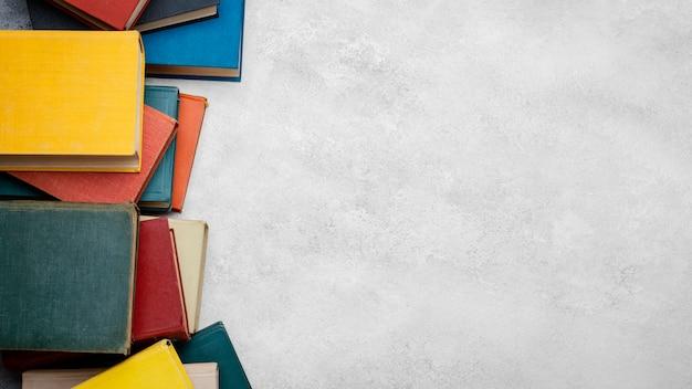 Vista dall'alto di libri con copia spazio Foto Gratuite