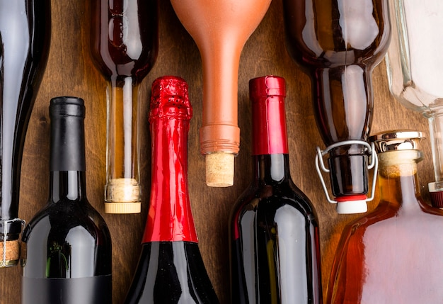 Vista dall'alto di bottiglie di assortimento di alcolici Foto Gratuite