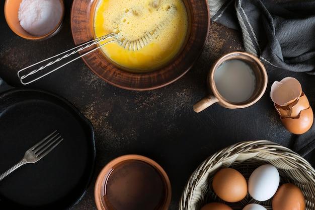 オムレツの卵黄と上面ボウル 無料写真