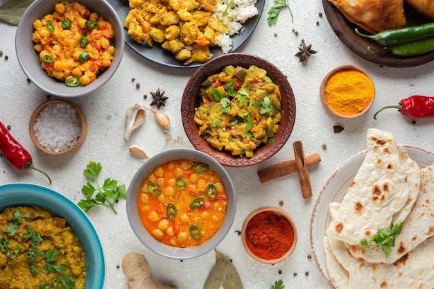 Ciotole con vista dall'alto con cibo indiano Foto Gratuite