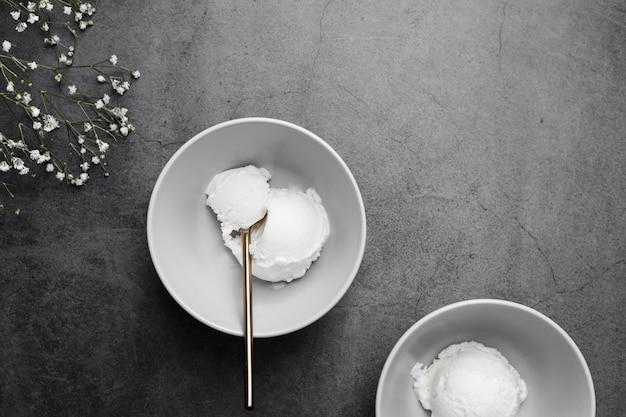 Вид сверху чаши с ванильным мороженым Бесплатные Фотографии