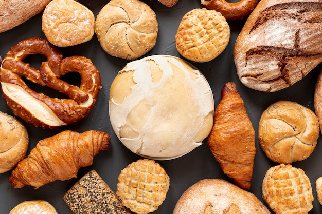 Top view bread bagels and croissants Free Photo