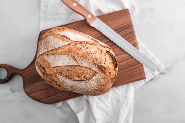 Вид сверху хлеб с деревянной доской Бесплатные Фотографии