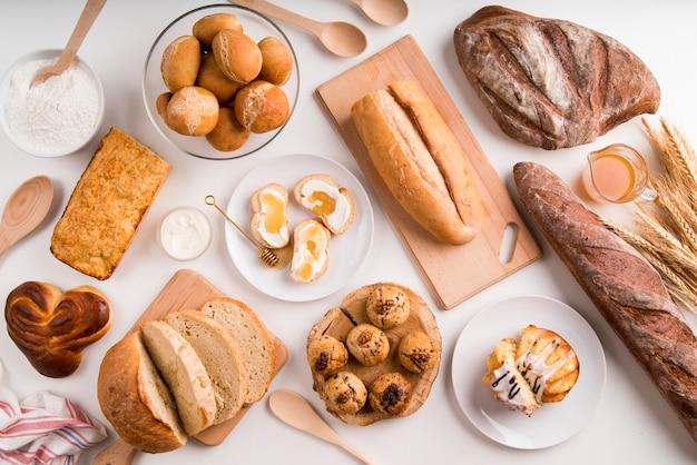 Вид сверху завтрак и смесь хлеба Premium Фотографии