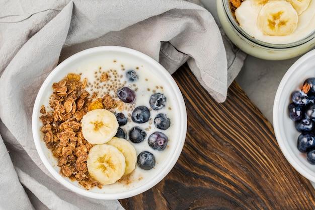 Ciotola per colazione vista dall'alto con muesli e frutta Foto Gratuite