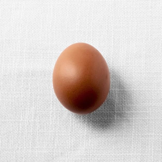Вид сверху коричневое куриное яйцо Premium Фотографии