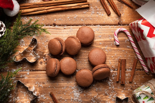 Top view brown macaroons with wooden background Free Photo