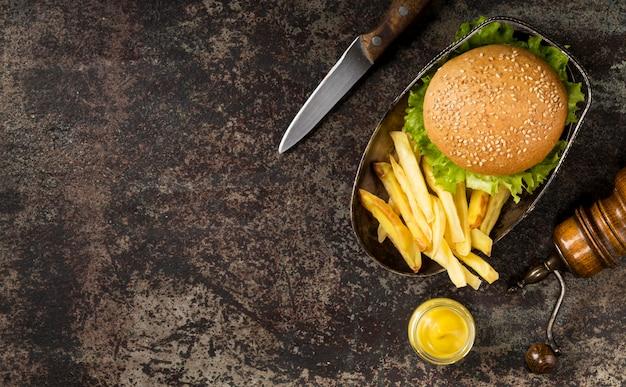 Гамбургер и картофель фри с ножом и копией пространства, вид сверху Бесплатные Фотографии