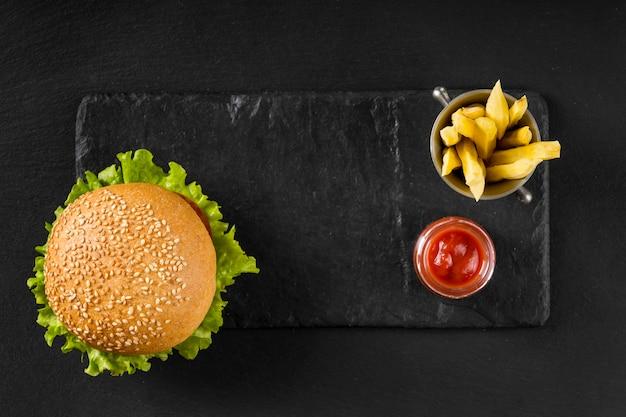 Vista dall'alto hamburger e patatine fritte con ketchup Foto Gratuite