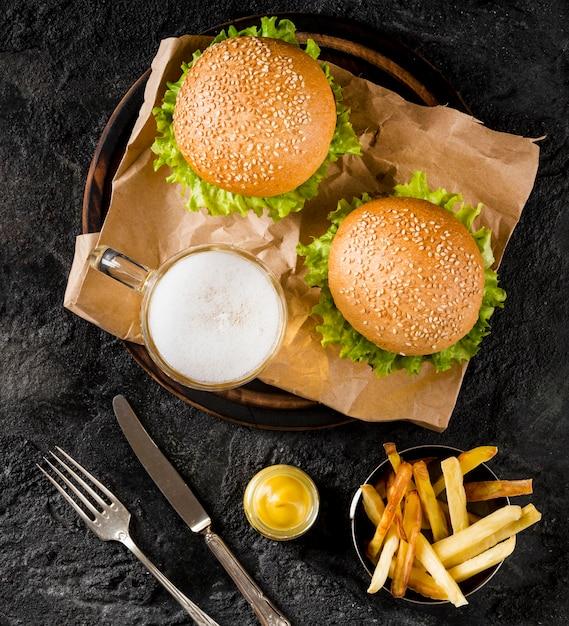Вид сверху гамбургеры и картофель с пивом Бесплатные Фотографии