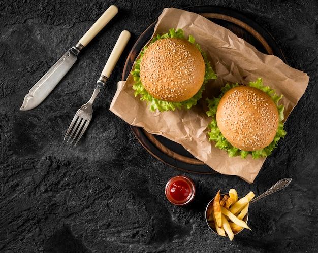 Гамбургеры и картофель фри с соусом вид сверху Бесплатные Фотографии