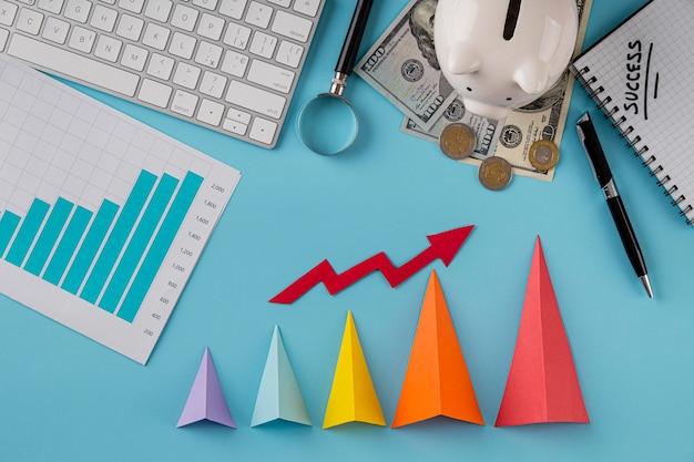 Vista dall'alto di elementi aziendali con grafico di crescita e coni colorati Foto Gratuite
