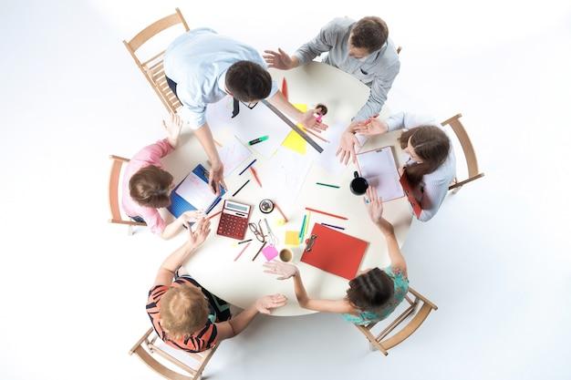 Vista dall'alto del team aziendale sull'area di lavoro Foto Gratuite