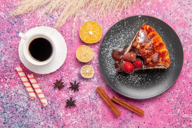 ピンクの机の上のチョコレートと赤いイチゴのお茶のトップビューケーキスライスビスケット甘い砂糖デザートケーキ焼き 無料写真
