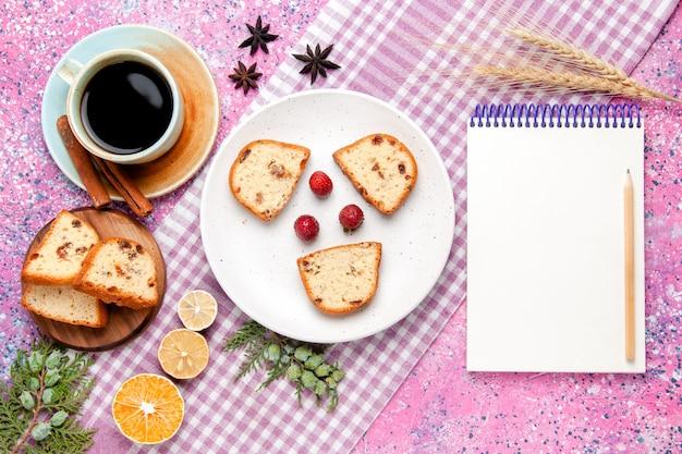 明るいピンクの背景のケーキにコーヒーのカップとトップビューのケーキスライスは甘いビスケット砂糖色のパイクッキーを焼く 無料写真