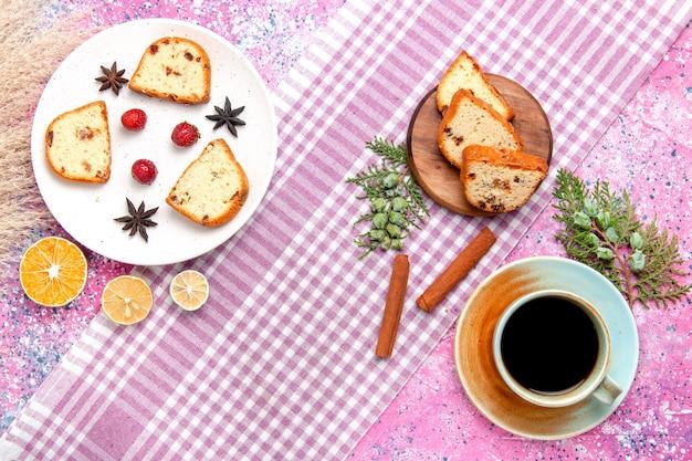 淡いピンクの背景のケーキにイチゴとシナモンのトップビューケーキスライスは甘いビスケット色のパイシュガークッキーを焼く 無料写真