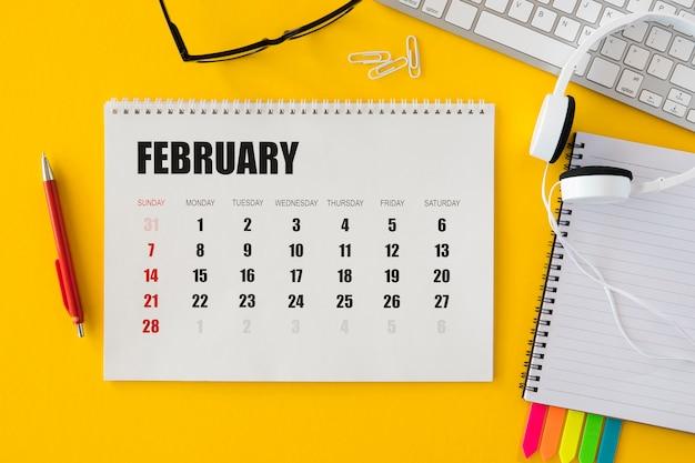トップビューカレンダーとヘッドフォン 無料写真