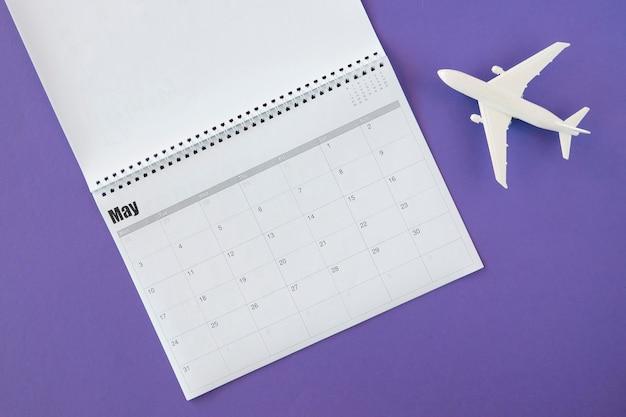 トップビューカレンダーと白いおもちゃの飛行機 無料写真