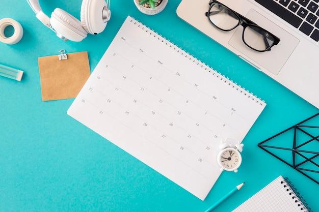 Concetto moderno del calendario di vista superiore Foto Gratuite