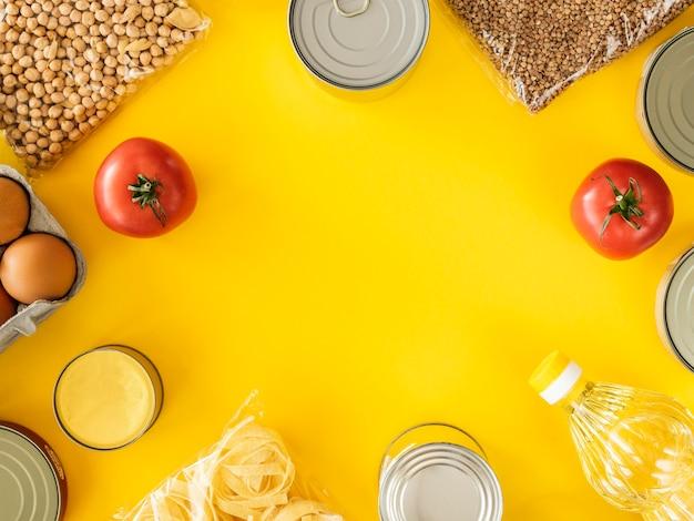 Vista dall'alto del cibo in scatola per la donazione con copia spazio Foto Gratuite