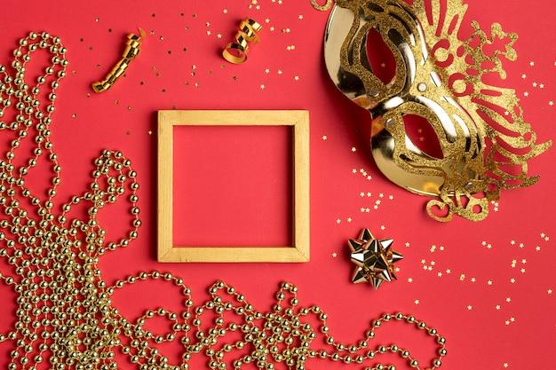 Vista dall'alto della maschera di carnevale con perline e cornice Foto Gratuite