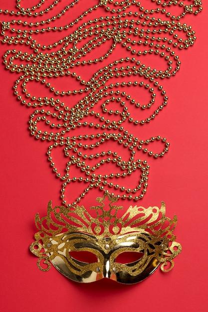 Vista dall'alto della maschera di carnevale con perline Foto Gratuite