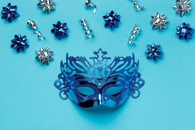 Vista dall'alto della maschera di carnevale con fiocchi Foto Gratuite