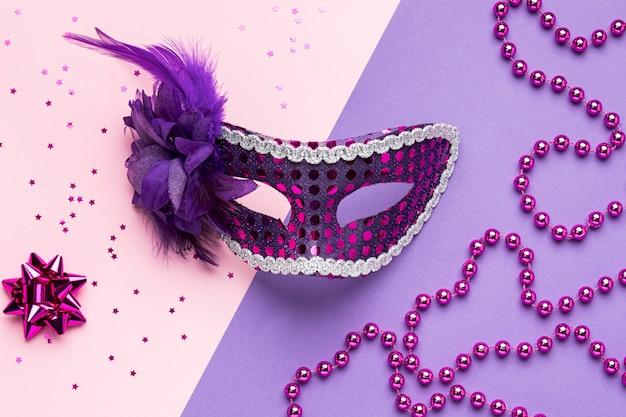Vista dall'alto della maschera di carnevale con piume e glitter Foto Gratuite