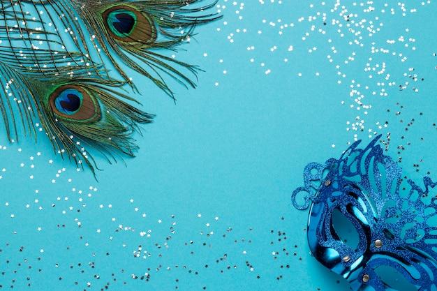 Vista dall'alto della maschera di carnevale con glitter e piume Foto Gratuite