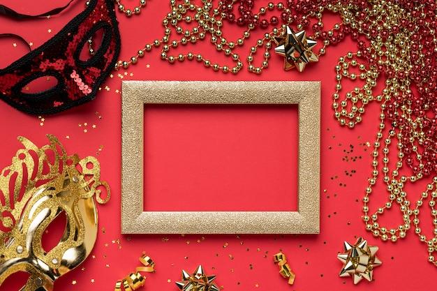 Vista dall'alto di maschere di carnevale con perline e cornice Foto Gratuite
