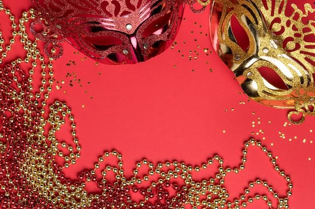 Vista dall'alto di maschere di carnevale con perline Foto Gratuite