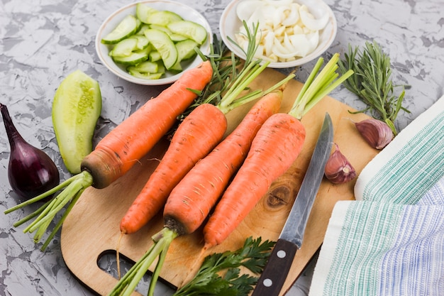 Top view carrots on cutting board Free Photo