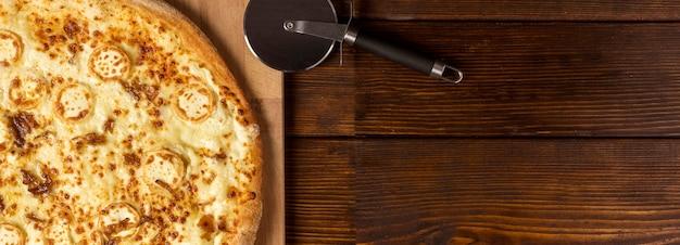 コピースペースとまな板の上のビューチーズピザ Premium写真