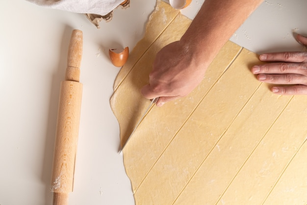 Top view chef shaping pasta stripes Free Photo