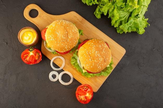 Un hamburger di pollo con vista dall'alto con formaggio e insalata verde Foto Gratuite