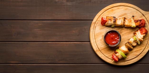 소스와 복사 공간 커팅 보드에 상위 뷰 닭 꼬치 프리미엄 사진