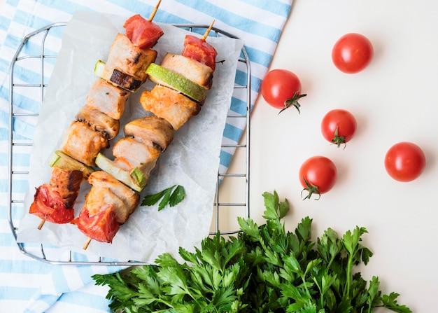 체리 토마토와 양피지에 상위 뷰 닭 꼬치 무료 사진