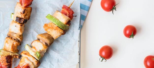 토마토와 양피지에 상위 뷰 닭 꼬치 무료 사진