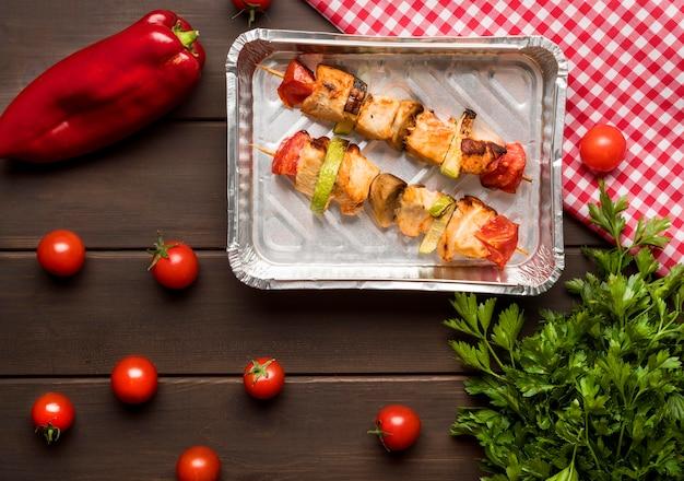 고추와 토마토 트레이에 상위 뷰 닭 꼬치 무료 사진