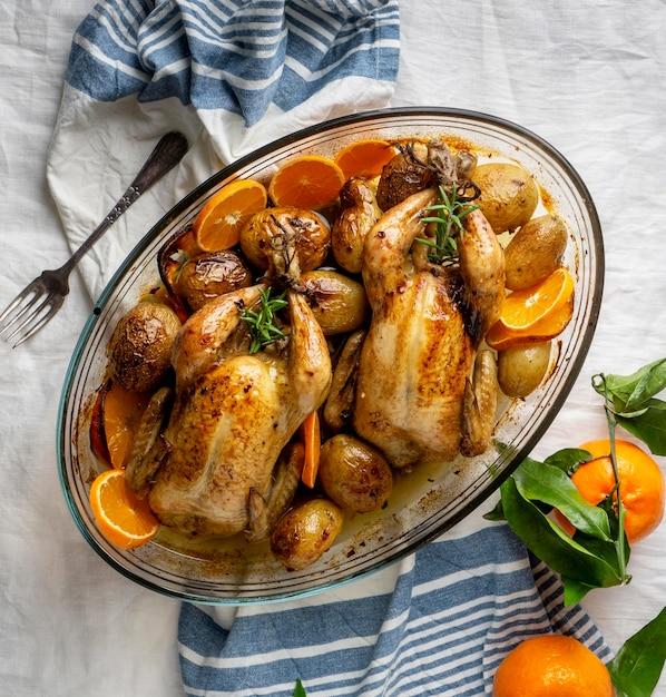 Вид сверху курица с картофелем и апельсином Бесплатные Фотографии