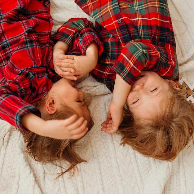 Вид сверху дети веселятся на рождество Бесплатные Фотографии