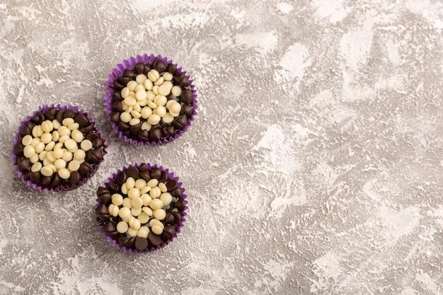 Вид сверху шоколадные пирожные, вкусные на белом столе, торт, бисквит, сладкая выпечка Бесплатные Фотографии