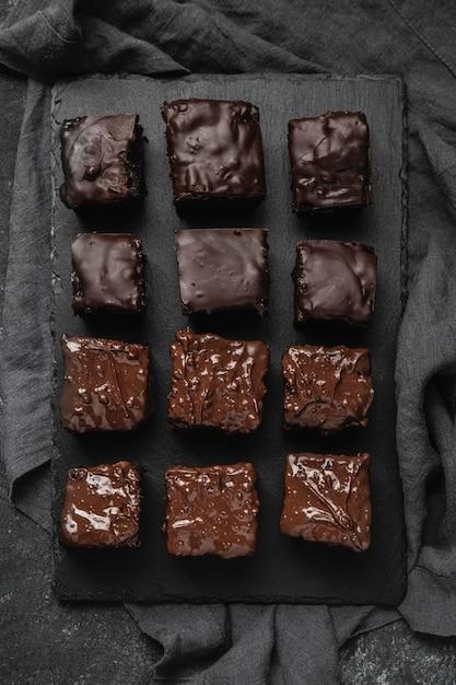 Vista dall'alto di pezzi di torta al cioccolato Foto Gratuite