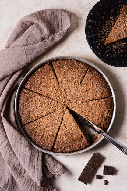 Vista dall'alto torta al cioccolato pronta per essere servita Foto Gratuite