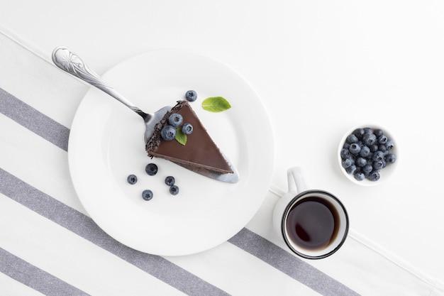 Vista dall'alto della fetta di torta al cioccolato sulla piastra Foto Gratuite
