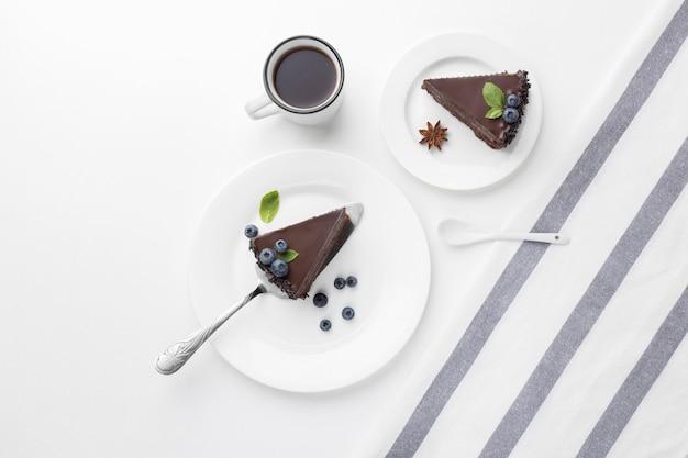 Vista dall'alto di fette di torta al cioccolato sui piatti Foto Gratuite